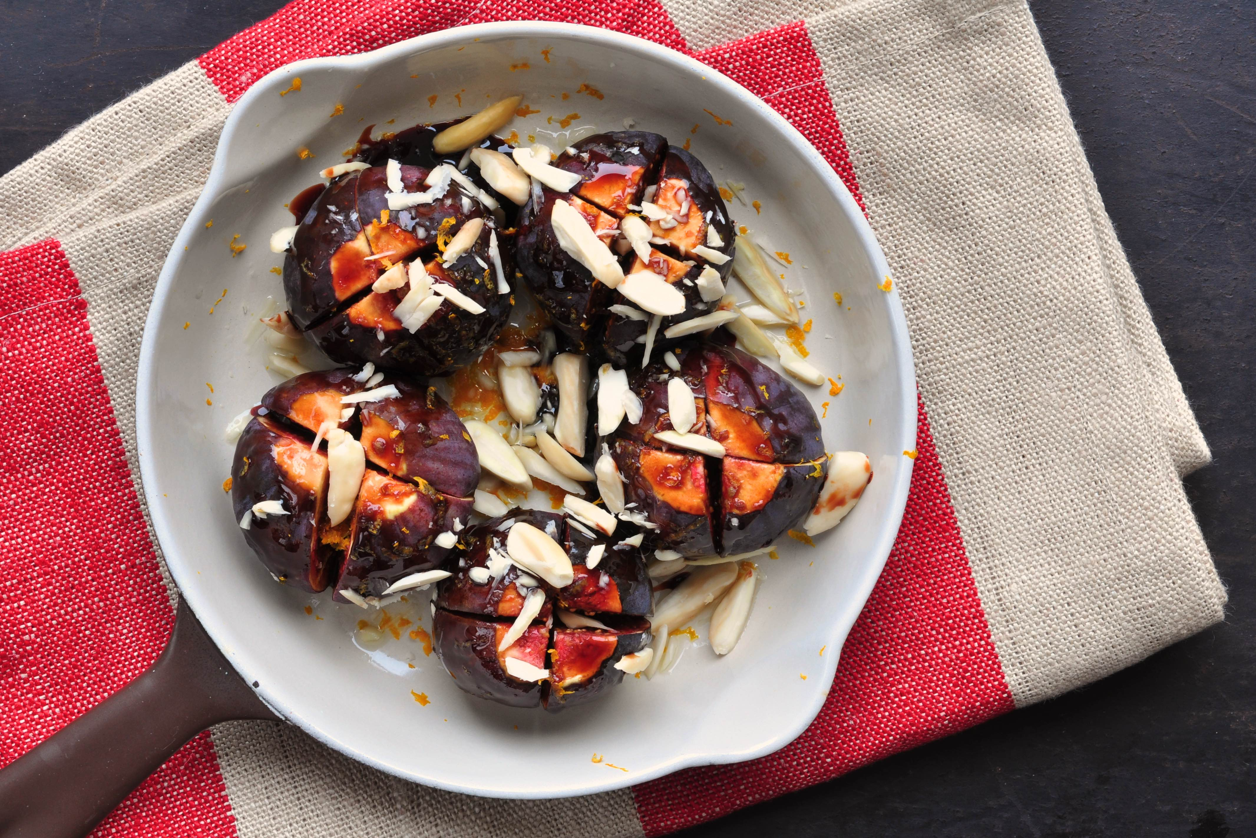 Ovenbaked_fresh_figs_with_almonds_and_orange_juice